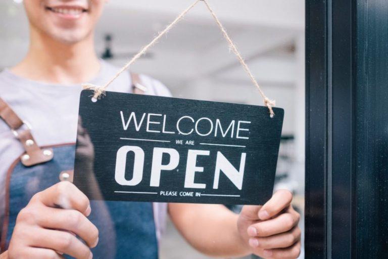 """4 Astuces marketing pour promouvoir la réouverture de votre restaurant<br><span style=""""display:inline-block;margin-top:20px;font-size:15px"""">LECTURE : 3 MIN</span>"""